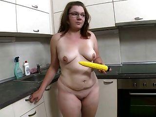 Fett Mädchen Streifen und fickt gelben Dildo