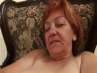 Alte Dame, die ihre behaarte Pussy verzweifelt rieb grannies