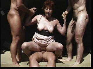 Skinny alte Großmutter wird von hinten hart gefickt