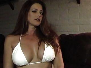 Hot sexy Babe im Bikini Rauchen und necken
