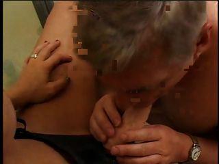 ein sexy Mädchen mit Sex-Spielzeug-Armband auf und ein Mann saugen Sex-Spielzeug auf dem Bad