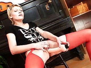 blonde milf in roten strümpfen kinky dildo action