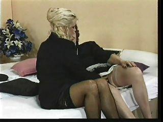 zwei alte lesbodamen mit spielzeug
