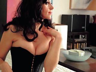 schöne Dame Ausziehen (das Geräusch von Nylons)