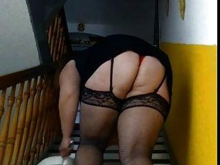 bbw fegt die Treppe