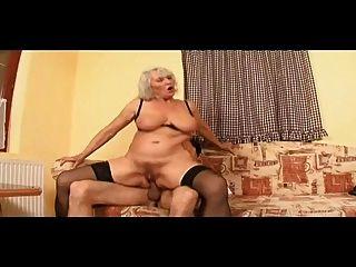 Oma spielt ihre fleischige Pussy dann wird gebohrt