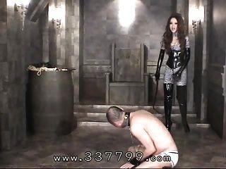 japanische femdom kira trifft Körper von Sklaven mit einer Peitsche