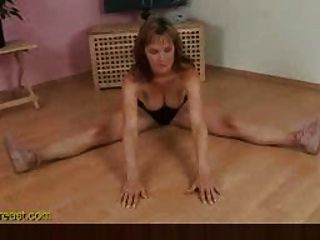 flexibles busty Mädchen gibt Demo