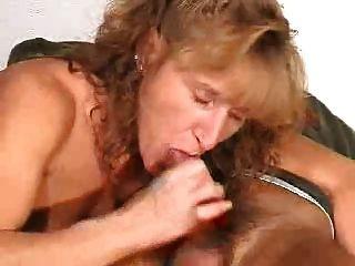 Reife gibt einen Blowjob mit Cumshot im Mund