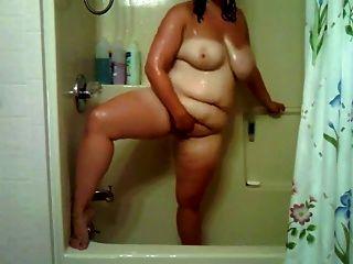 Chubby Mädchen im Bad spielen mit ihrer Muschi