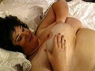plumper mit großen titten auf dem bett