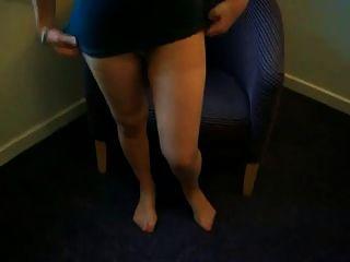 reife Dame, die ihre Strumpfhose pantyhose d10 anzieht
