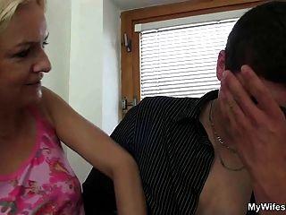 Frau kommt herein und sieht ihr bf fickt ihre Mutter