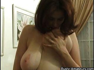 kathryn spielt ihre großen melonen und pussy