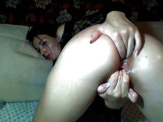Mädchen Cums Finger ihre Arsch und Pussy beugte sich über