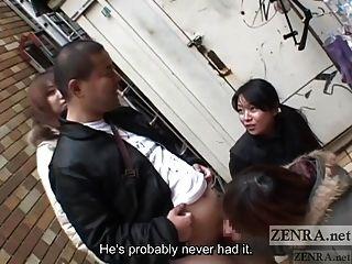 Japanische Frauen necken Mann in der Öffentlichkeit über Handjob untertitelt