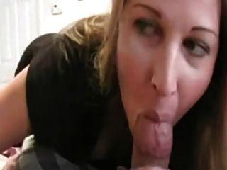 Hot Blonde saugt Hahn wie ein Profi