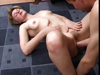 Skinny Blonde reifen gefickt und gefistet von einem jüngeren Mann