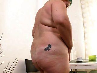 Chubby Mädchen masturbiert mit schwarzem Dildo