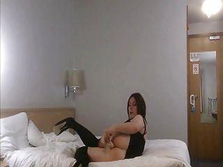 Shemale Emma Lee in Strümpfe fickt ihren Arsch mit einem Dildo