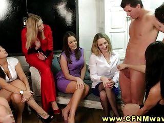 cfnm Gruppe genießen Strippenstock, damit sie ihn ruckeln können