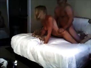 Amateur schreiende Blondine wird gefickt