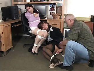 Büro-Manager findet ihre Sekretärin gebunden und geknebelt