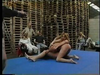nackte lesbische skank wrestling pt2