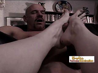 Nach dem analen Fisting ist es Zeit für einen Fuß in den Arsch