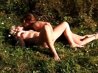 zwei grannies mit lesbischen Sex im Freien