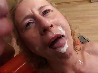 deutsche milf saugt, fickt und bekommt cummed