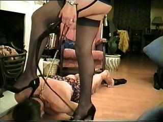 grausame Frau mit neuem Sklaven.