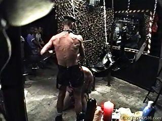 Chubby Sklave heruntergekommen und von Leder gekleidet Master verwendet