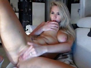 Blondine mit großen Titten masturniert und hat Orgasmus auf Live-Cam