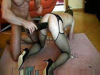 deutsche Milf mit einem riesigen Dildo in Pussy und Arsch gefickt
