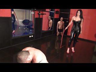 Göttin peitscht zwei Sklaven