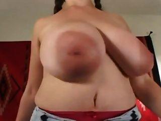 Denise spielt mit ihren großen Titten