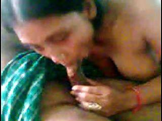 sexy nettes indisches Mädchen mit Gruppe von Männern 2