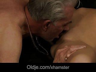 ein alter Mann Besuch zum Freund endet mit verdammten jungen Babe Ass
