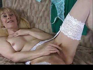 Milf Hazel zeigt haarige Pussy zweimal bvr