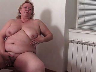 fette Oma in der Küche r20