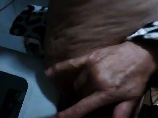 brasilianische Oma spritzt mit ihrer behaarten Pussy