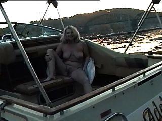 Apfel nacktes Sonnenbaden auf dem Boot