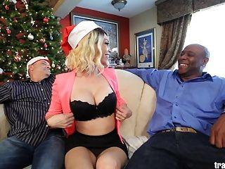 Weihnachten cuckold Szene mit dem schönen transsexuellen