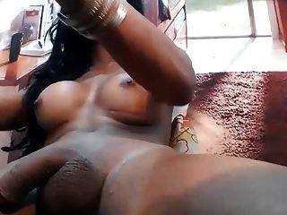 dunkle Haut tranny mit großen Titten, Schläge Werkzeug