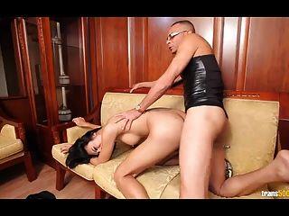 sexy asiatische Mädchen mit Hahn nimmt in riesigen Schwanz