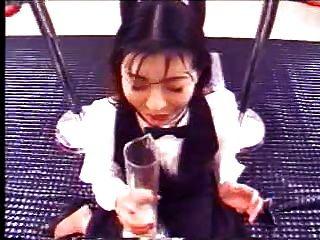 japanisches Mädchen trinkt viel Sperma