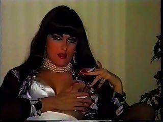 Hot Cougar mit sexy Nägeln und Fersen Rauchen Solo