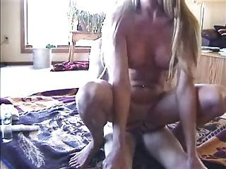 Amateur Frau reitet ihren Mann und spielt mit Spielzeug lostfucker