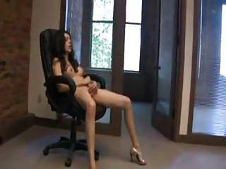 Brünette und Socken im Büro